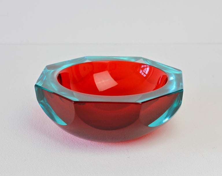 Faceted Red Murano Sommerso Diamond Cut Glass Bowl Attributed to Mandruzzato In Good Condition For Sale In Landau an der Isar, Bayern