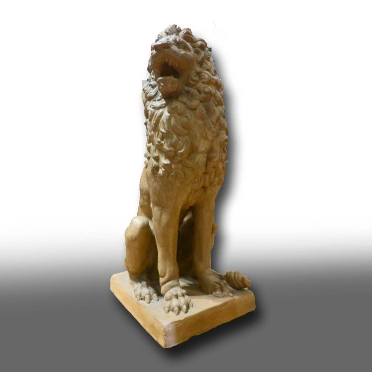 Facing Pair of Early 19th Century Tuscan Terracotta Lion Sculptures In Good Condition For Sale In Firenze, IT