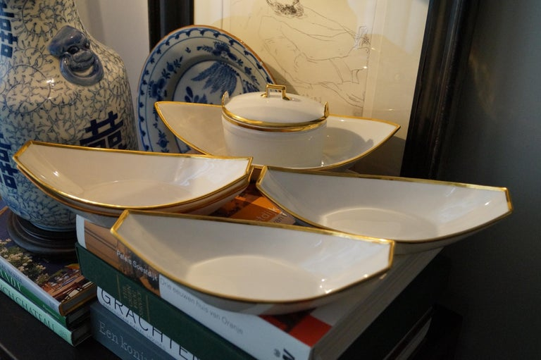 Fantastic and rare Old Paris porcelain dessert set, France, 1820s 4 dishes and a sauce boat.  200 years old and still with a modern feel to it. Perfect condition. Can also be used as side dishes. Marks