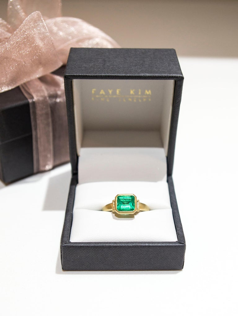 Contemporary Faye Kim 18 Karat Gold Colombian Emerald and Diamond Ring For Sale