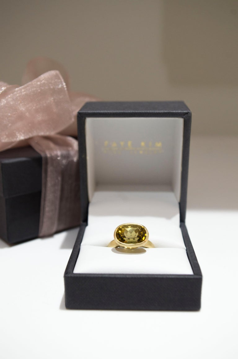 Faye Kim 18k Gold 5.54 Carat Yellow-Olive Cushion Cut Tourmaline Ring In New Condition For Sale In Westport, CT