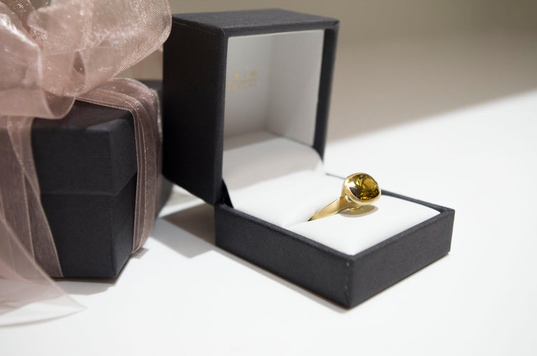 Women's Faye Kim 18k Gold 5.54 Carat Yellow-Olive Cushion Cut Tourmaline Ring For Sale
