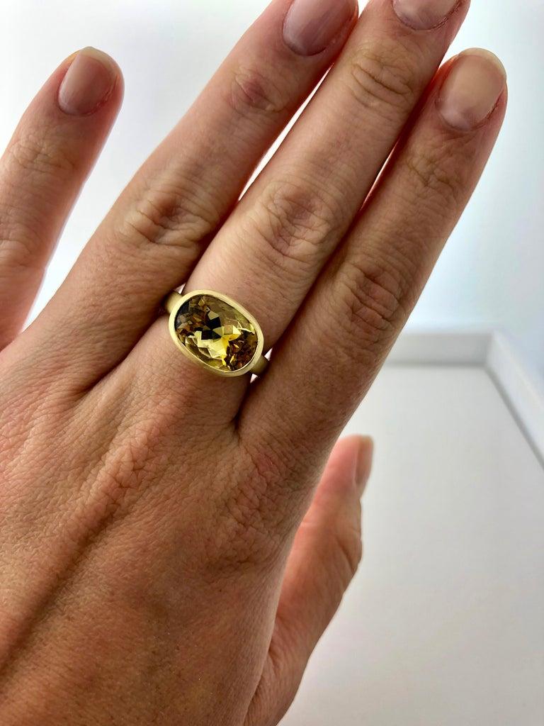 Faye Kim 18k Gold 5.54 Carat Yellow-Olive Cushion Cut Tourmaline Ring For Sale 1