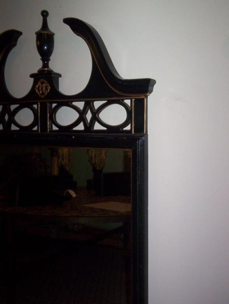 Federal Style Wood Mirror with Gilt Detailing In Good Condition For Sale In Douglas Manor, NY