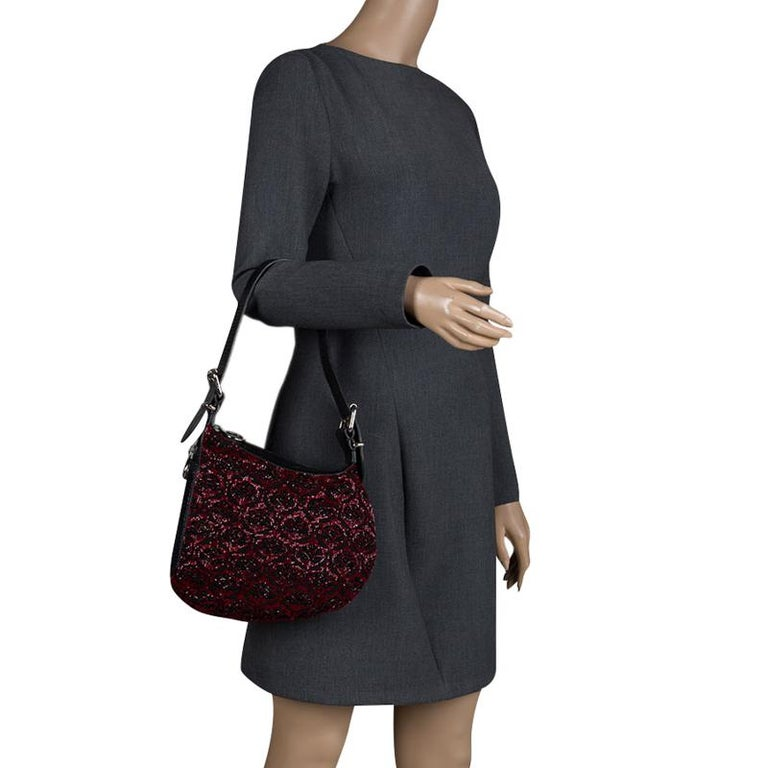 Carry a creation of wonder in your arms by choosing this Fendi piece which has been meticulously crafted from fabric and lizard skin. The hobo, with its zipper detailing and distinct shape, is further beautified by beads all over. A shoulder strap
