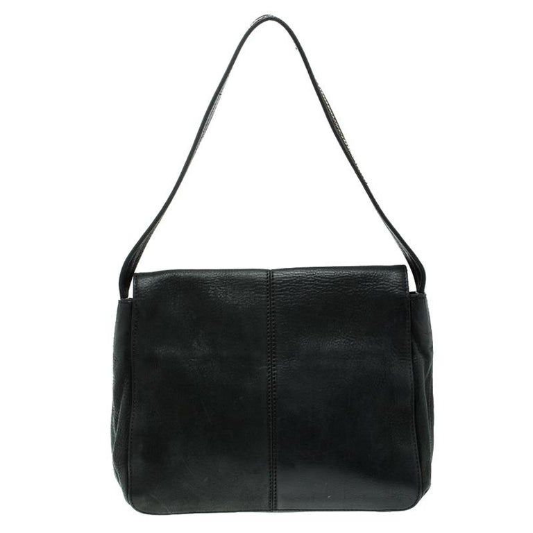 A classic textured leather surface and trendy flap closure silhouette make this bag by Fendi a must-have accessory in your wardrobe. Designed using fine quality leather to meet your accessorizing needs, this shoulder bag can become a chic addition