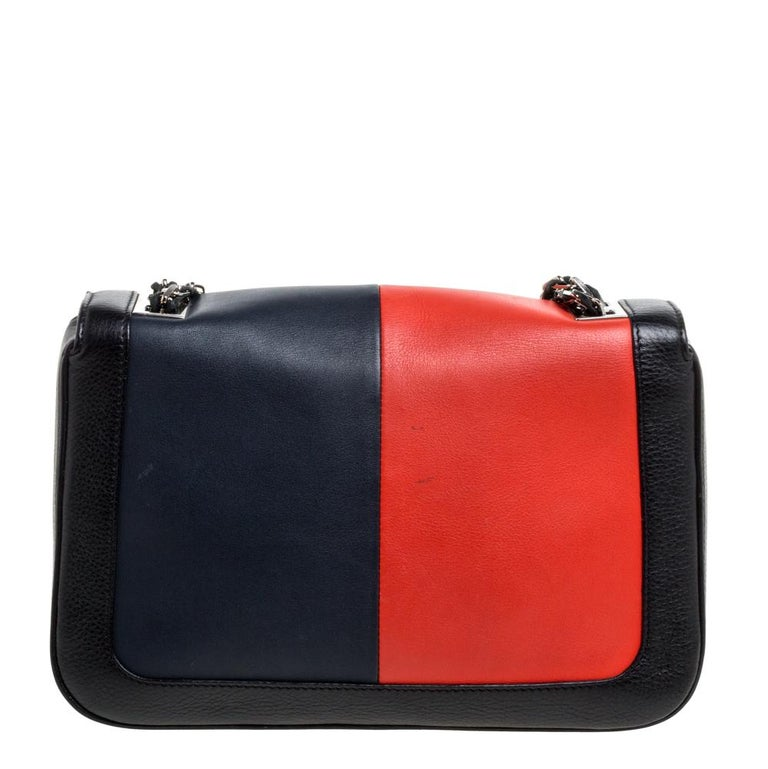 Silvia Venturi Fendi created the Baguette in 1997, and it was an instant rage! Accented with the striking FF logo in silver-tone on the front flap, the piece carries a multicolored leather exterior and a spacious fabric-lined interior sized to hold