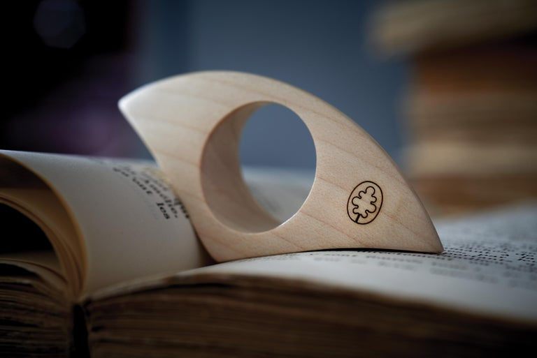 An object that celebrates a love for books and the personal nature of the relationship between the page and its reader. Combining the practical function of a bookrest and the timeless symbolism of a ring, the Fermapagina combines simplicity and an