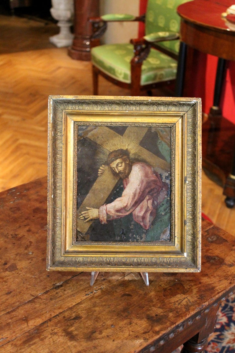This dramatic rectangular oil on copper in gilt wood frame dates back to late 16th-early 17th century and describes a religious scene.  It is a beautiful Italian work of art representing the Christ bearing his Cross. The expression of the Crist and