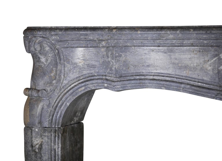 Fine 18th Century French Antique Fireplace Surround in Bicolor Burgundy Stone In Excellent Condition For Sale In Beervelde, BE