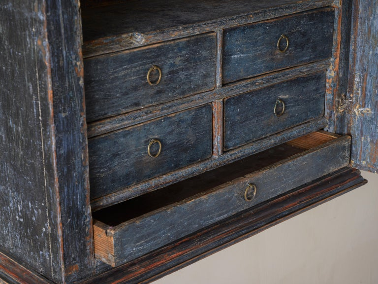 Fine 18th Century Provincial Gustavian Wall Cabinet In Good Condition For Sale In Helsingborg, SE