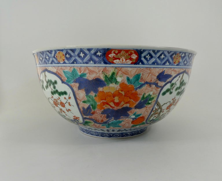 Porcelain Fine and Large Imari Bowl Decorated with Fish, circa 1680, Genroku Period For Sale