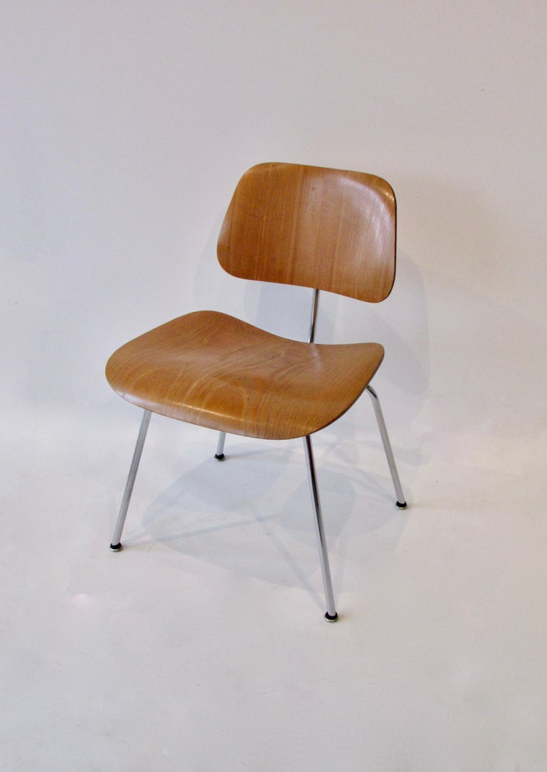 Very nice early production Charles and Ray Eames designed dining chair metal (DCM ). Clean chrome frame supports ash grain seat and back. Retains original Eames Evans Herman Miller water decal label. Label dates to late 1940s. Evans Products