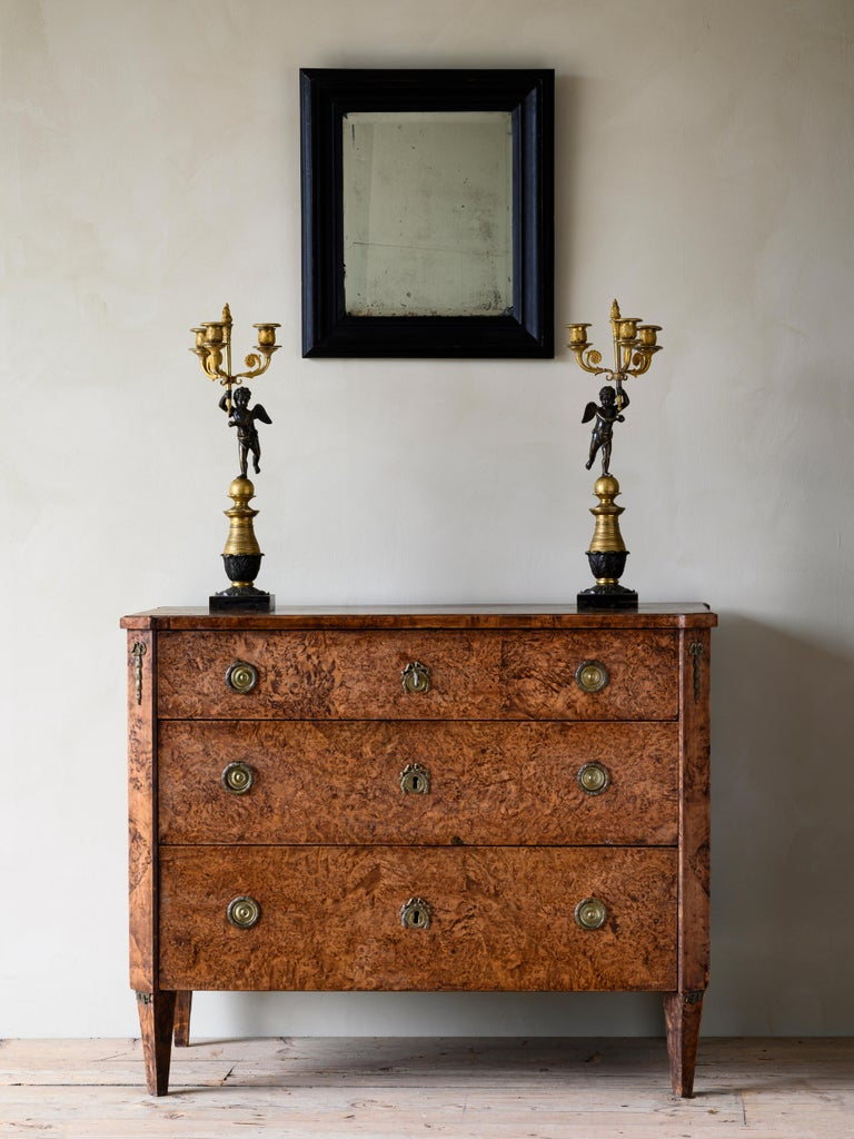 Fine 18th century Gustavian chest of drawers in alder root veneer in its original condition with good subtle patination, circa 1800.  Good condition with wear consistent with age and use. Structurally good and sturdy. A detailed condition report