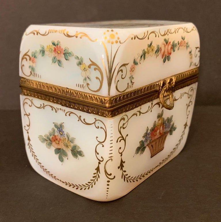 Fine French White Opaline Glass Ormolu Bronze Hand Painted Jewelry Vanity Box In Good Condition For Sale In Roslyn, NY
