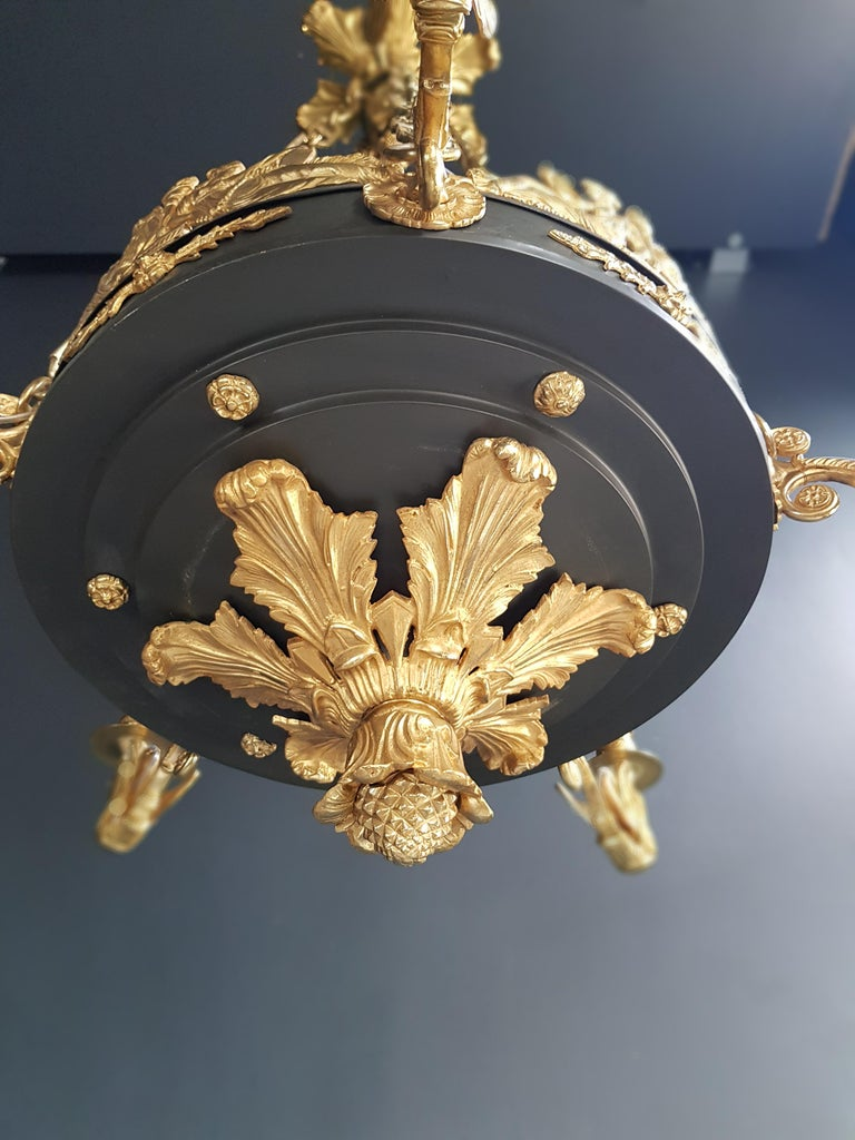 Fine Gilt Antique French Empire Lustre Neoclassical Patina Gilt Brass Chandelier In Good Condition For Sale In Berlin, DE