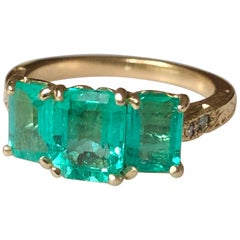 Fine Glowing 3.10 Carat Colombian Emerald Three-Stone Ring 18 Karat Yellow Gold