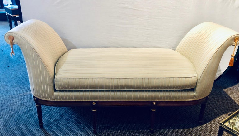 Fine Louis XVI Style Chaise Lounge or Daybed in a Silk Upholstery For Sale 4