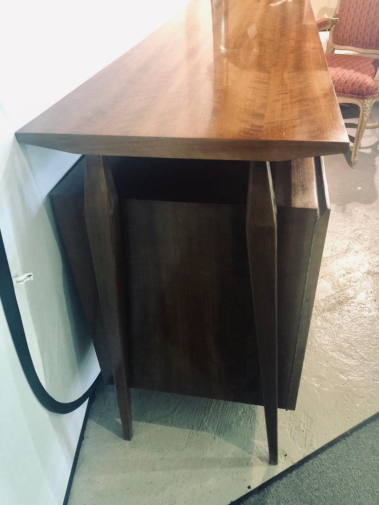 Fine MCM Gio Ponti Figured Walnut Cabinet Credenza Having Manufacturer Label In Good Condition For Sale In Stamford, CT