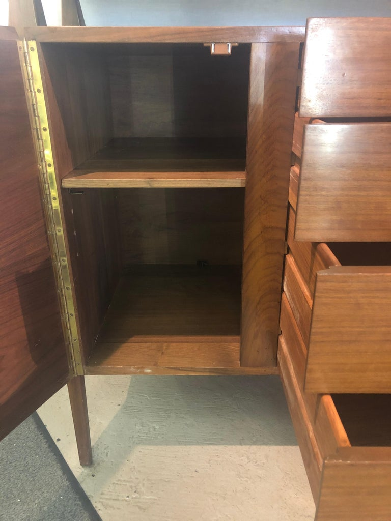 Fine MCM Gio Ponti Figured Walnut Cabinet Credenza Having Manufacturer Label For Sale 3