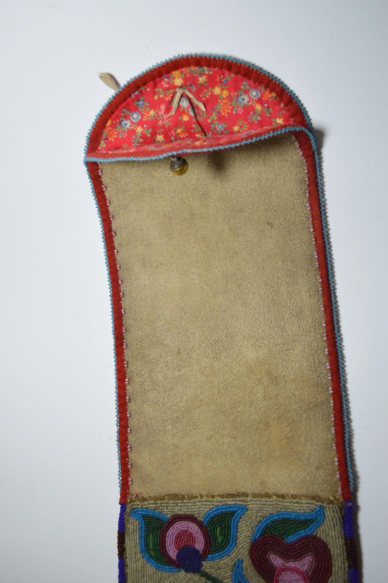 Fine Old Native American Ojibwe Beaded Pipe bag In Good Condition For Sale In London, GB