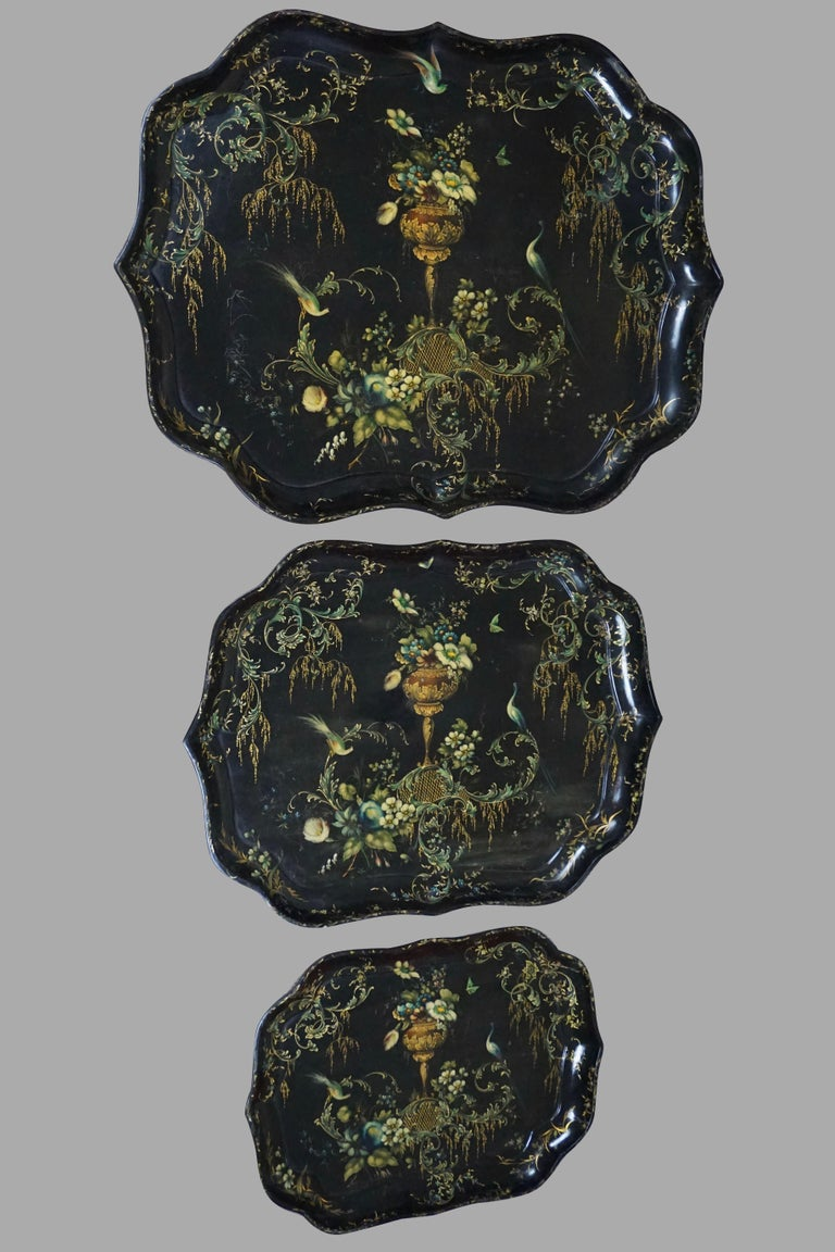 Fine Set of 3 Black and Gilt Graduated Papier Mâché Trays of Scalloped Form For Sale 4