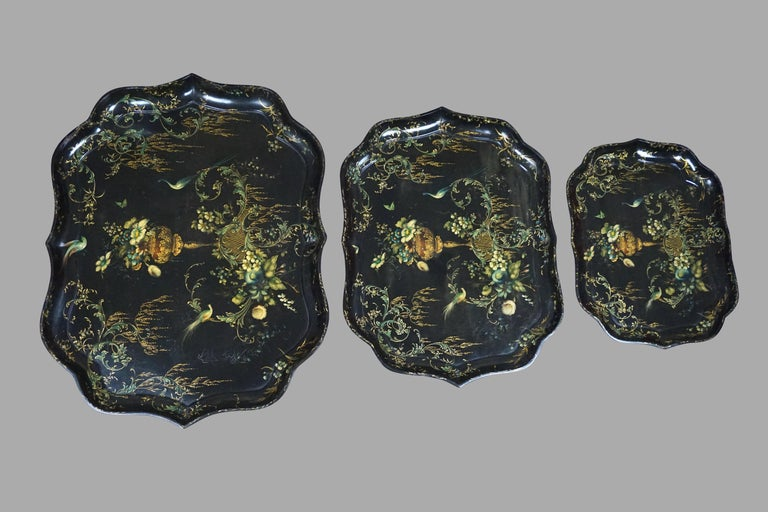 Fine Set of 3 Black and Gilt Graduated Papier Mâché Trays of Scalloped Form For Sale 5