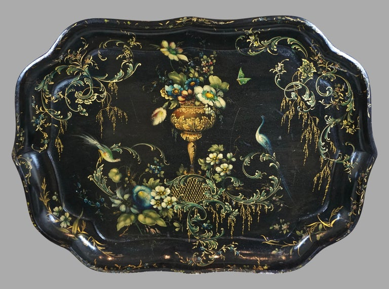 Fine Set of 3 Black and Gilt Graduated Papier Mâché Trays of Scalloped Form In Good Condition For Sale In San Francisco, CA