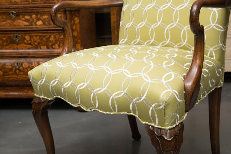 Fine Set of Eight, Queen Anne Style Walnut Dining Chairs In Good Condition For Sale In WEST PALM BEACH, FL