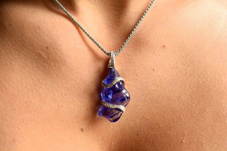Contemporary Fine Tanzanite and Diamonds 18 Karat White Gold Pendant For Sale