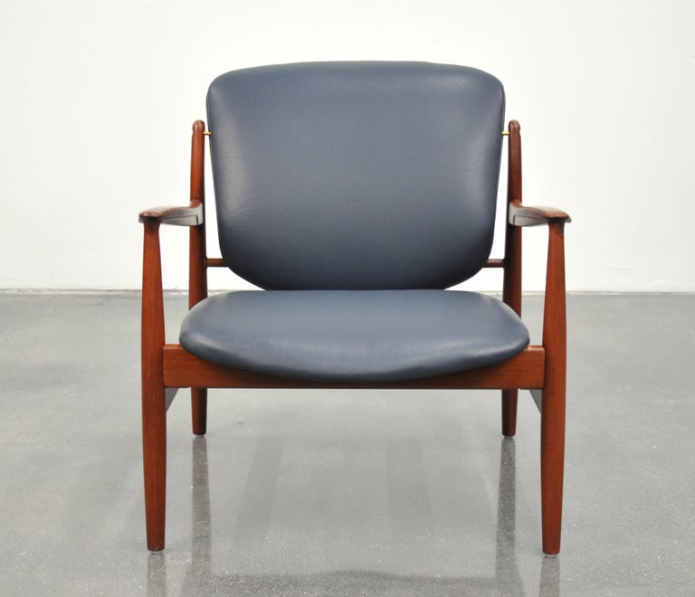 Scandinavian Modern Finn Juhl FD 136 Teak and Navy Blue Leather Lounge Chair For Sale