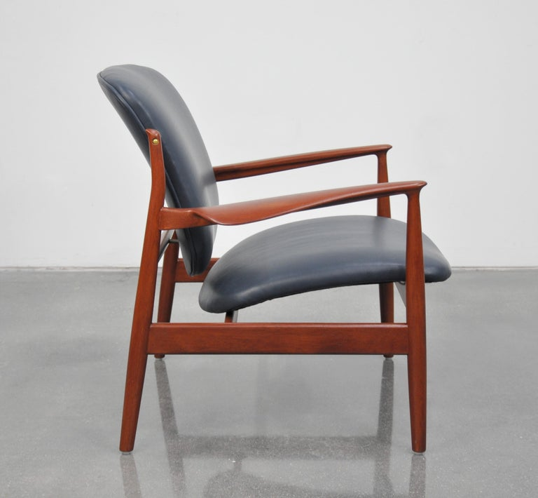 Finn Juhl FD 136 Teak and Navy Blue Leather Lounge Chair In Excellent Condition For Sale In Miami, FL