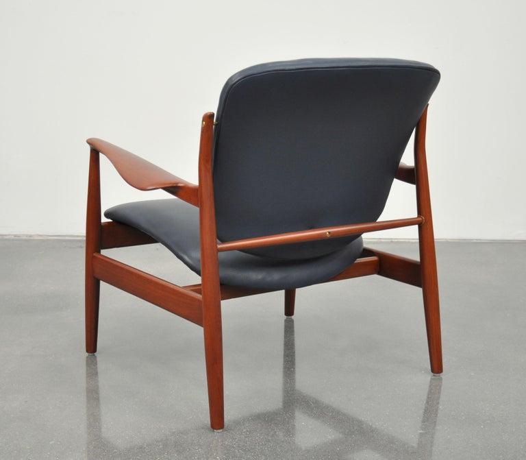 Finn Juhl FD 136 Teak and Navy Blue Leather Lounge Chair For Sale 1