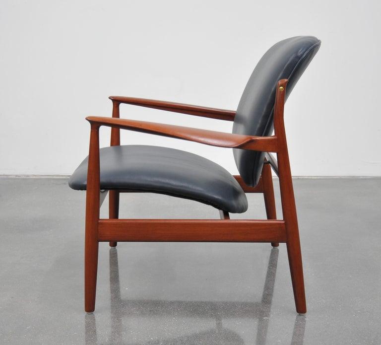 Finn Juhl FD 136 Teak and Navy Blue Leather Lounge Chair For Sale 2