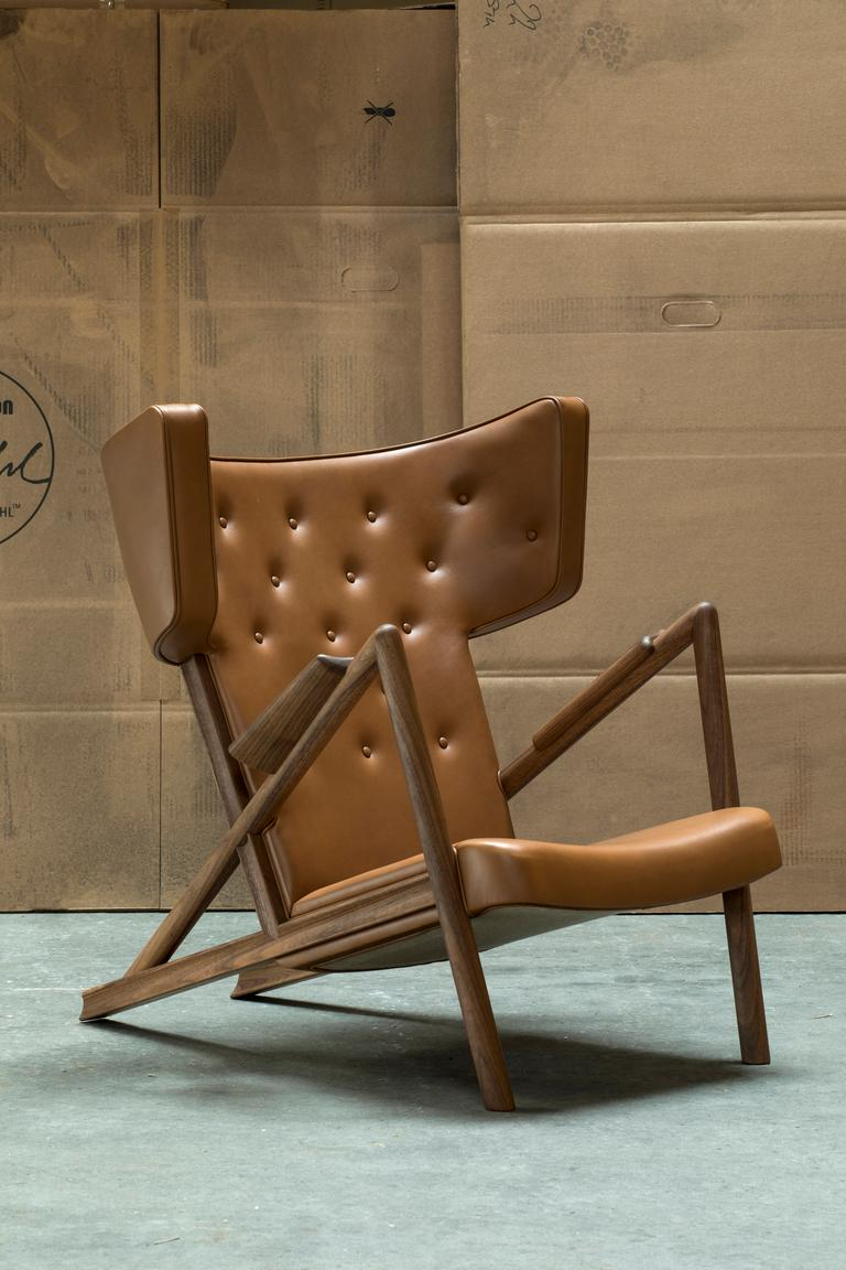 The grasshopper was designed by Finn Juhl in 1938 and exhibited at Niels Vodder's stand at the guild exhibition. Two chairs were displayed alongside a mobile bar cabinet, with illustrations of exquisite cocktails hanging on the walls. This was quite
