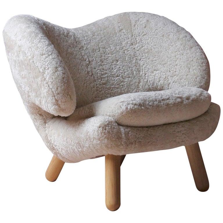 Finn Juhl Pelican Chair Skandilock Sheep Moonlight, Oak For Sale