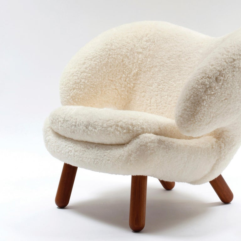 Modern Finn Juhl Pelican Chair Skandilock Sheep Offwhite - Walnut  For Sale