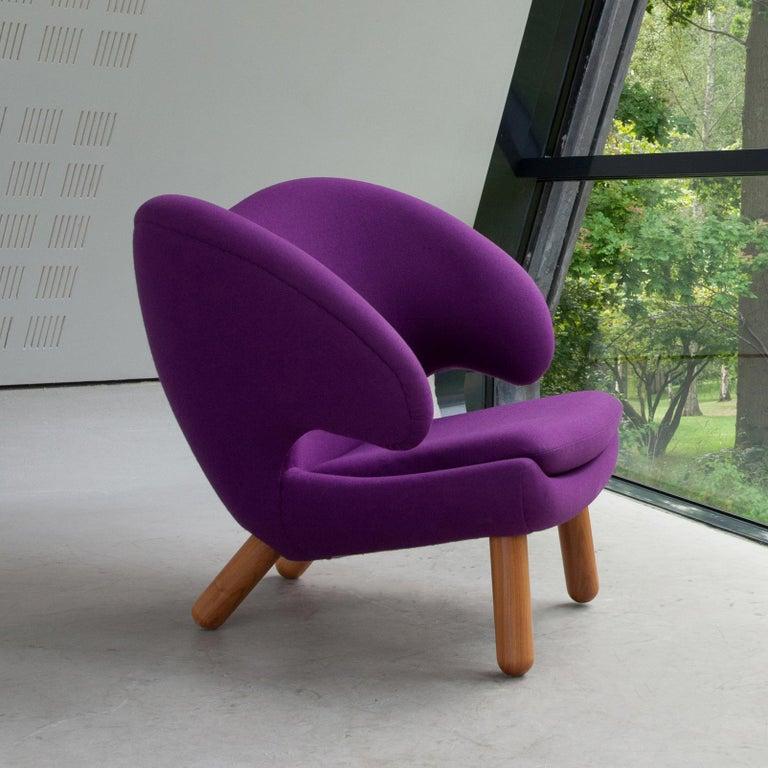 Finn Juhl Purple Pelican Chair Walnut, Purple Fabric Divina  In Good Condition For Sale In Barcelona, Barcelona