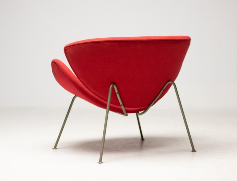 Very early example of this great design Classic by Pierre Paulin for Artifort. Elegant zinc-plated steel frame instead of the later chrome-plated frame. Refined slim seat and back shells made of upholstered plywood.