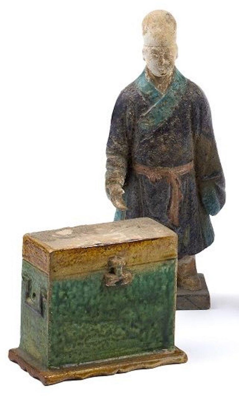 Five glazed statuettes is an original group of manufactures realized in China during the Ming Dynasty.