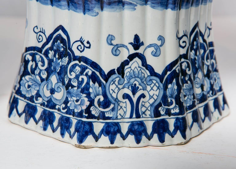 Five-Piece French Garniture in the Delft Style Made 20th Century For Sale 4
