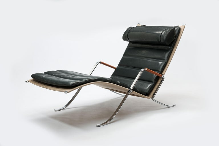 Exclusive custom ordered execution of this iconic sculptural lounge chair in black polished leather. Chaise lounge in canvas with loose quilted cushions and neck pillow with frame in chromed steel with natural leather lace-wrapped armrests, Designed