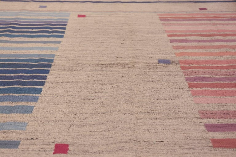 Flat-Woven Vintage Scandinavian Swedish Kilim Rug. Size: 5 ft 7 in x 8 ft  In Excellent Condition For Sale In New York, NY