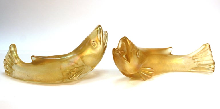 Mid-Century Modern pair of Italian Murano glass fish made by Flavio Poli for Seguso in bullicante glass with gold inclusions. The pair has 'Made In Italy' marks on the bottom and is in great vintage condition with age-appropriate wear.