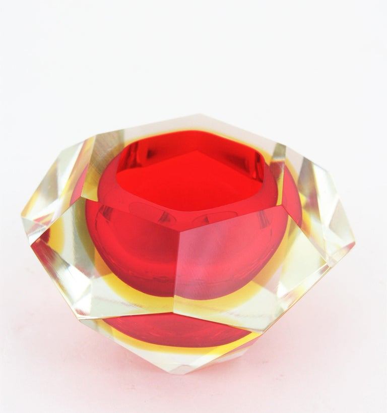 Flavio Poli Sommerso red and yellow diamond shaped faceted Murano glass bowl. Attributed to Flavio Poli for Seguso, Italy, 1950s.