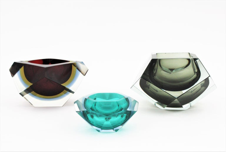 Flavio Poli XXL Red, Yellow & Blue Sommerso Faceted Murano Glass Ashtray / Bowl In Good Condition For Sale In Barcelona, ES