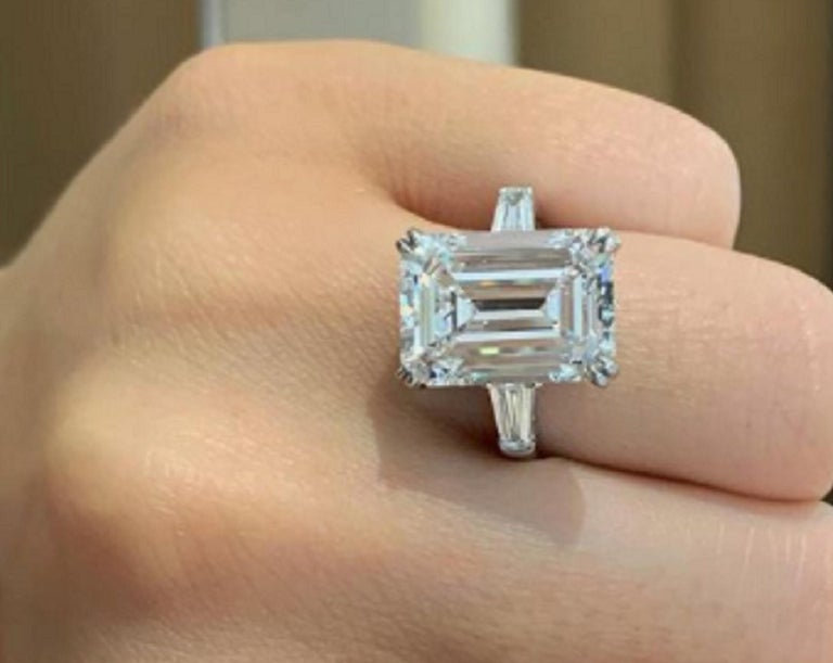 Flawless Clarity GIA Certified 5.65 Carat Emerald Cut Diamond Platinum Ring In New Condition For Sale In Rome, IT