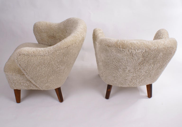 Flemming Lassen Pair of Easy Chairs in Beige Sheepskin, 1940s In Excellent Condition For Sale In Copenhagen, DK