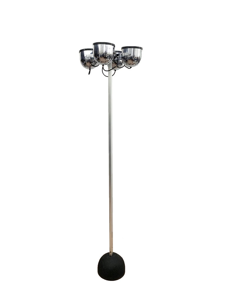Sistema Trepiù floor lamp by Gae Aulenti and Livio Castiglioni for Stilnovo (4 incised signature), Italy 1972. Impressive floor lamp with four round lights that can be rotated in all directions. Made of chromed metal and aluminum with cast iron