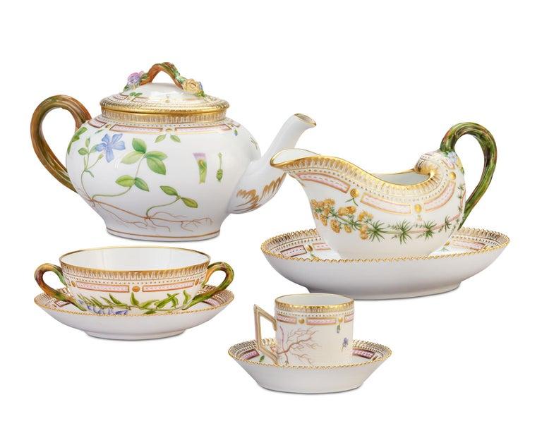 Flora Danica Porcelain Dinner Service, 141 Pieces In Excellent Condition For Sale In New Orleans, LA